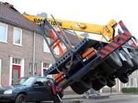 小伙用吊车求婚砸坏邻居屋顶